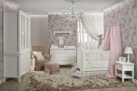 12. Berço provençal branco se harmoniza com o papel de parede floral do cômodo. Fonte: Pinterest