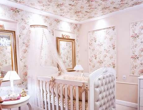 7. Berço provençal e papel de parede floral para o quarto do bebê. Fonte: Quarto Para Bebê