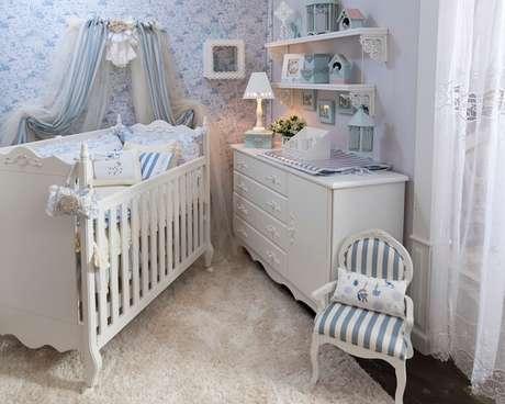 5. Berço provençal e tapete felpudo para o quarto do bebê. Fonte: Pinterest