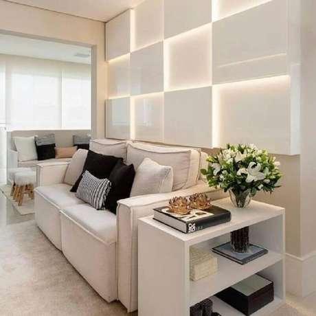13. Decoração clean com sofá branco e iluminação de led para sala de estar – Foto: Dicas Decor