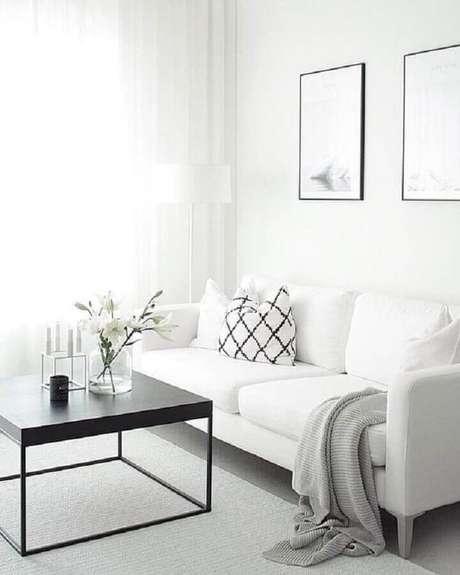 14. Decoração clean para sala toda branca com mesa de centro preta moderna e sofá branco simples – Foto: We Heart It