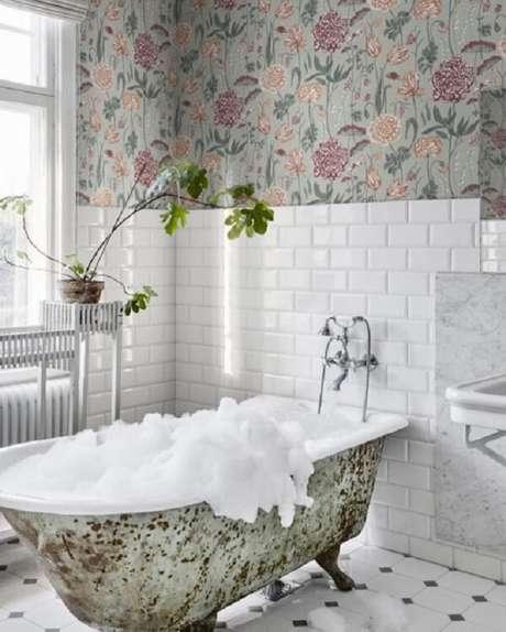 73. Decoração criativa com papel de parede floral e azulejo para banheiro metrô. Fonte: Pinterest