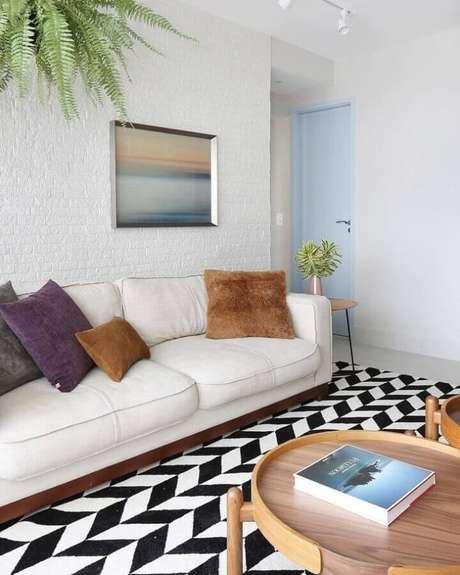 17. Decoração simples para sala com sofá branco, almofadas coloridas e tapete estampado preto e branco – Foto: Bianchi & Lima Arquitetura