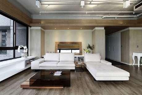 3. Decoração moderna com sofá branco de couro para sala ampla com detalhes em madeira – Foto: Archilovers