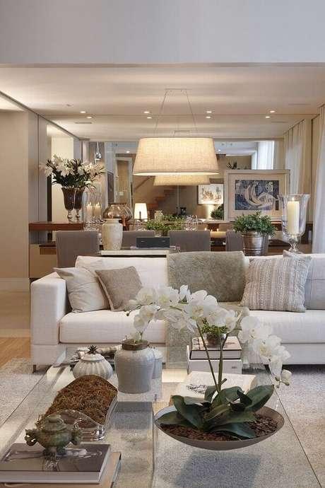 19. A sala decorada em tons neutros com sofá branco fica super sofisticada – Foto: We Heart It