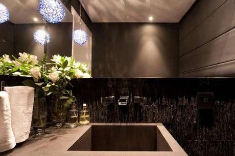 3. A decoração do lavabo fica moderna com a ardósia preta – Por: Daniela Pena