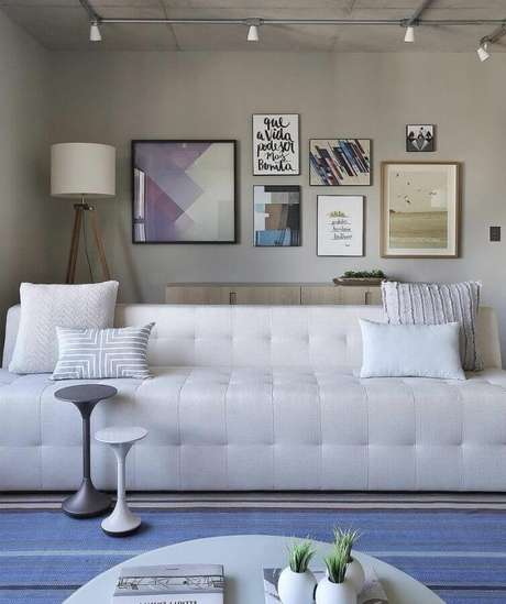 20. Escolha um modelo de sofá branco 3 lugares que se harmonize ao restante da decoração de sua sala – Foto: Reedcore