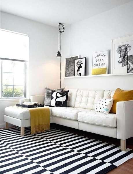 6. Decoração minimalista para sala compacta com sofá de canto branco e tapete listrado preto e branco – Foto: Archilovers