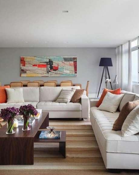 22. Decoração para sala com sofá branco e mesa de centro de madeira – Foto: Adriana Valle Patricia Carvalho