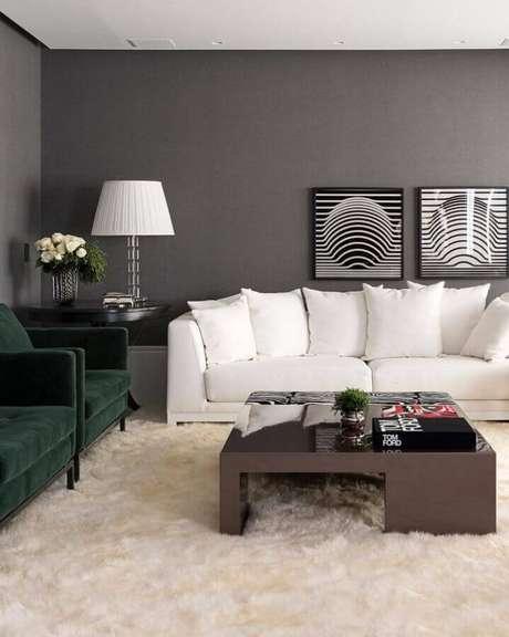 23. Sala de estar decorada com sofá branco, tapete felpudo e poltronas verdes de veludo – Foto: Maurício Karam Arquitetura