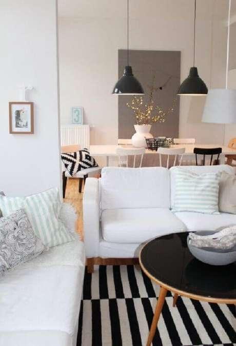 24. Invista no sofá branco com base de madeira para um toque aconchegante na decoração – Foto: Côté Maison