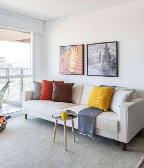 26. Decoração simples com sofá branco e almofadas coloridas – Foto: Viviane Gobbato Arquitetura