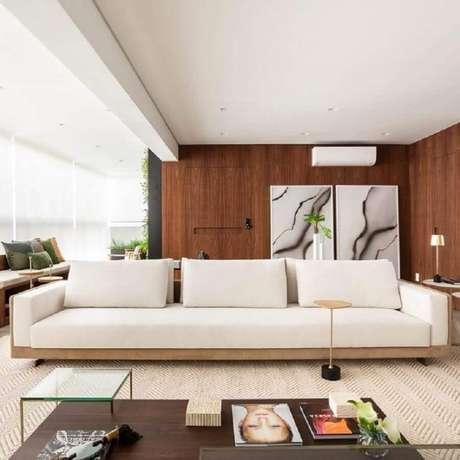 29. Decoração sofisticada para varanda ampla com sofá branco – Foto: Figueiredo Fischer Arquitetos