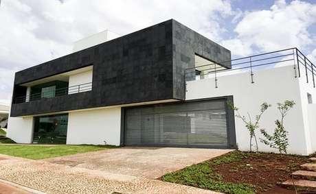 57. A fachada de casa com ardósia preta – Por: Pinterest