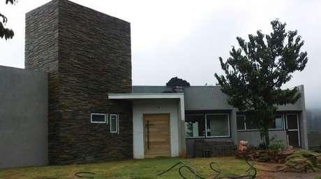 58. Fachadas de casas com ardósia preta são lindas – Por: Marletelim