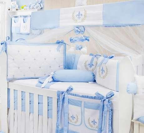 8. Kit berço provençal para quarto de bebê menino em tons de branco e azul. Fonte: Blog Grão de Gente