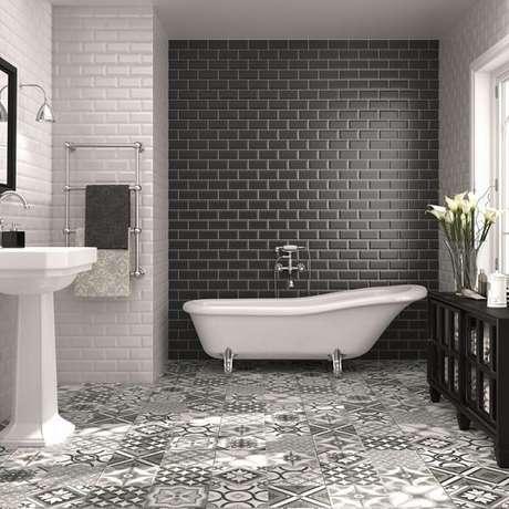 74. Azulejo para banheiro em tons de branco e cinza chumbo. Fonte: Decoração e Projetos