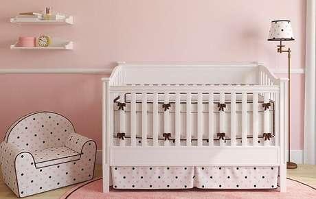 34. Kit berço para quarto de bebê em tons de branco, rosa e marrom. Fonte: Westwing