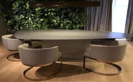9. A mesa de ardósia é a opção ideal para ter uma sala moderna – Por: Mobiliário Mollo