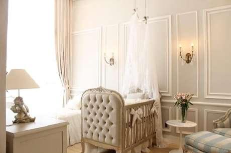 22. O dossel branco sobre o berço provençal encanta a decoração do ambiente. Fonte: Pinterest