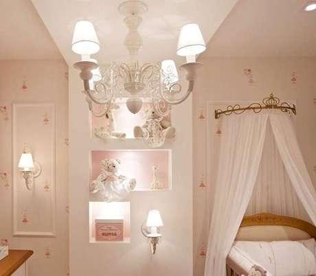 24. Para o quarto do bebê além do berço provençal invista em um belo lustre para iluminar o ambiente. Fonte: Quarto Para Bebê