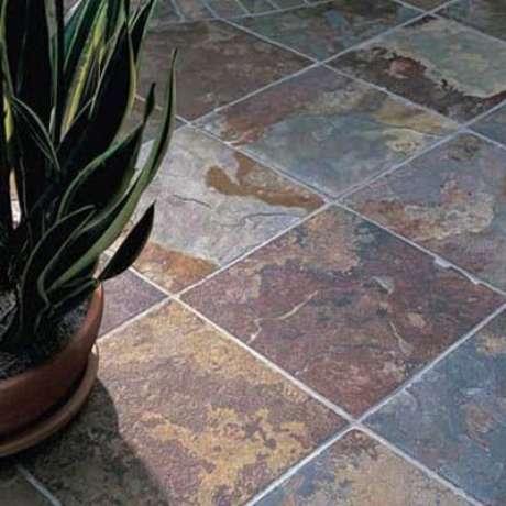 16. Invista no piso de ardósia ferrugem para ambientes neutros – Por: Pinterest