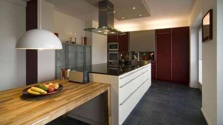 18. O piso de ardósia na cozinha pode ser prático para o dia a dia – Por: Bbdel