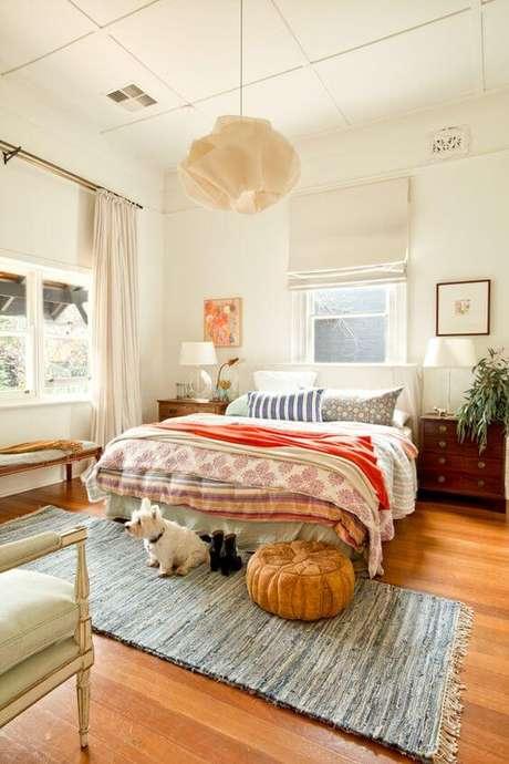 27. Invista nos pisos para quarto neutros para ter uma decoração colorida – Por: Decor Facil