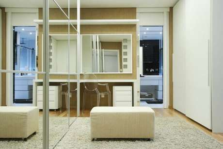 35. Closets costumam necessitar de um puff quadrado. Projeto de Léo Stehtman