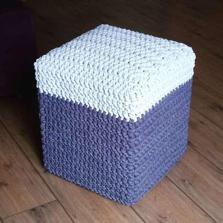 8. Uma opção para variar a estética de um puff quadrado é comprando uma capa. Foto: Tricot et Crochê