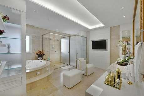29. O puff quadrado branco é delicado e pode ser utilizado até mesmo em banheiros. Projeto de Bender Arquitetura