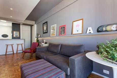 37. Não é ruim utilizar um puff quadrado colorido em uma sala mais sóbria. Projeto de Tria Arquitetura