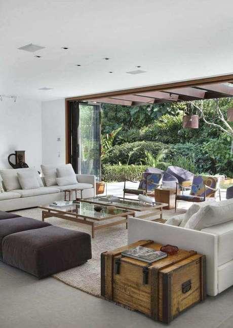 26. Utilizar o puff quadrado em conjunto pode ser uma alternativa ao sofá. Projeto de Gisele Taranto