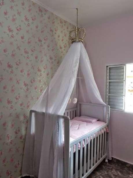 53. Dossel branco sobre o berço foi fixado por um coroa no teto. Fonte: Pinterest