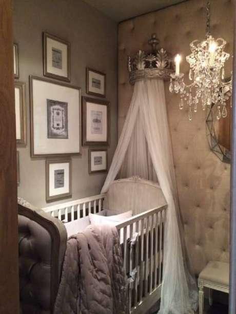 51. Quarto de bebê provençal com parede em capitonê. Fonte: Pinterest