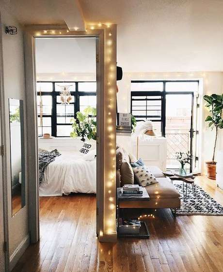 52. O quarto com piso de madeira é lindo para decorações modernas – Por: Pinterest
