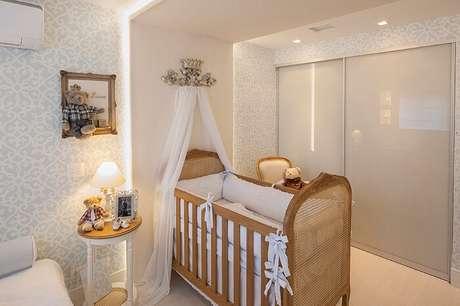 3. Quarto de bebê clássico e moderno com berço provençal madeira. Fonte: Pinterest