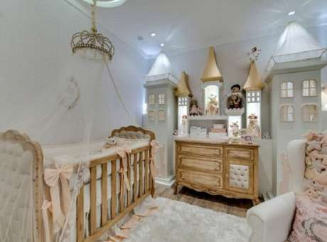 28. Quarto de bebê com berço provençal e decoração de castelo. Projeto de Andrea Bento