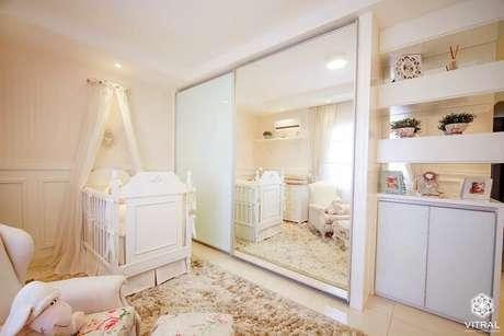29. Quarto de bebê com berço provençal e espelho no armário. Fonte: Homify