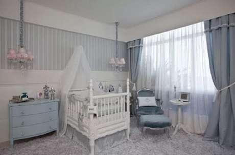 31. Quarto de bebê com berço de madeira seguindo o estilo provençal. Fonte: Decorar Tudo