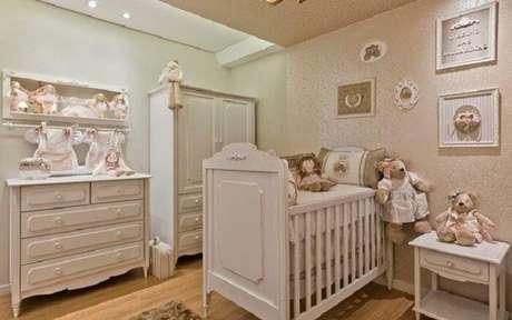 38. Quarto de bebê com berço branco provençal e papel de parede rosa. Fonte: Pinterest