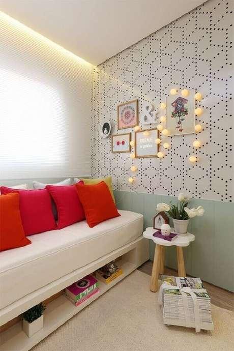 10. Para ambientes pequenos invista no sofá cama branco para maior funcionalidade e otimização do espaço – Foto: Archzine