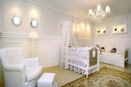 39. Quarto de menina bebê com berço branco provençal. Projeto de Nicolle do Vale