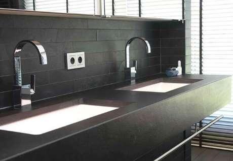 22. Revestimento com ardósia preta no banheiro – Por: Altivos Pedras