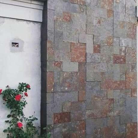 24. O revestimento de ardósia com pedra ferrugem é ótimo para a fachada de casa – Por: Pinterest