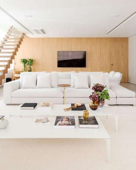 2. Os tons neutros são ótimas combinações para sala sofisticada com sofá branco – Foto: Figueiredo Fischer Arquitetos