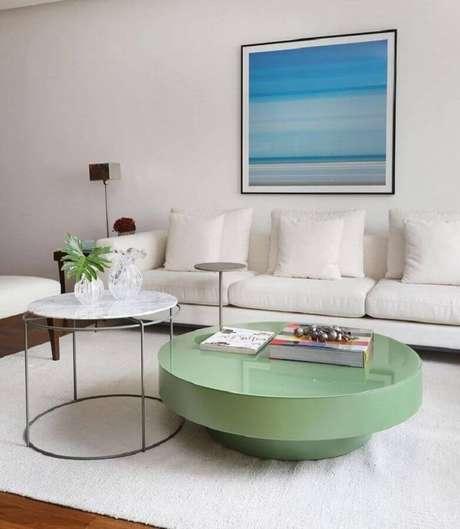 32. Decoração clean para sala de estar com mesa de centro redonda verde e sofá branco 3 lugares – Foto: Studio Baarq