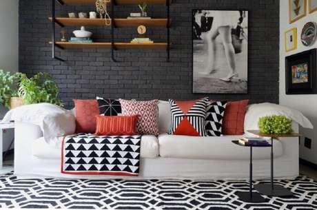 34. As almofadas coloridas fazem com que o ambiente decorado com sofá branco fique mais alegre – Foto: Mandril Arquitetura