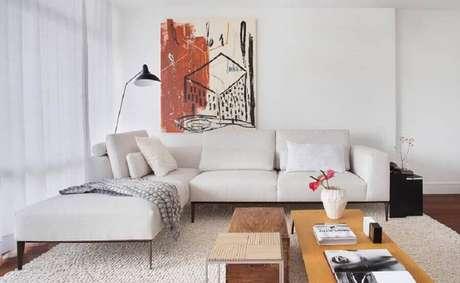 36. O sofá de canto branco com chaise é um modelo super confortável para compor a sua sala – Foto: Luiza Bottino