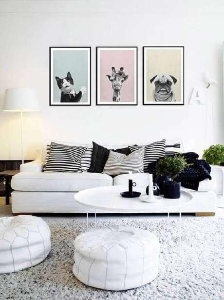 38. Sala decorada com quadros decorativos e sofá branco com almofada preta e branca listrada – Foto: Etsy